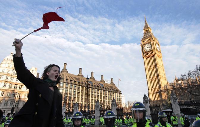 Le immagini del corteo e delle proteste (Ap)