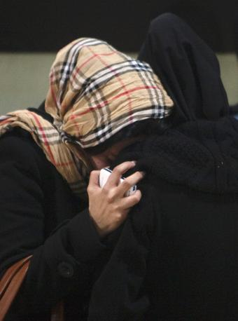 La disperazione di due donne all'aeroporto di Teheran (Reuters/Nikoubazl)