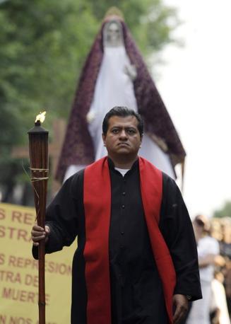 Il predicatore David Romo, autoproclamatosi «vescovo» di Santa Muerte, la signora delle ombre, protettrice dei criminali