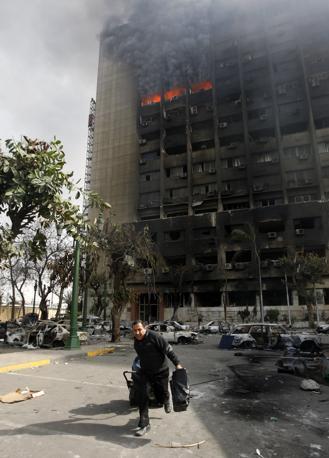 In fiamme la sede del partito nazionale democratico di Mubarak, al Cairo (Reuters)