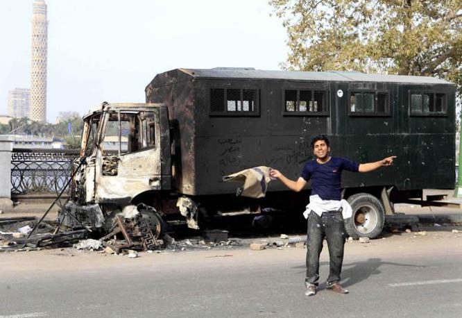 Un veicolo della polizia incendiato (Ap)