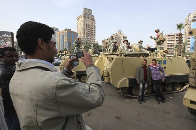 Foto ricordo nella piazza Tahrir al Cairo (Ap)