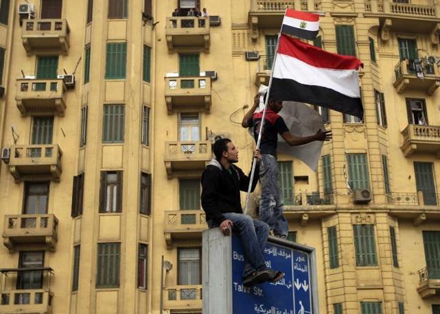 Nuova giornata di scontri in Egitto, la polizia ha aperto il fuoco sui manifestanti. Nella foto una manifestazione di protesta contro il governo davanti al museo delle antichità al Cairo (Reuters)