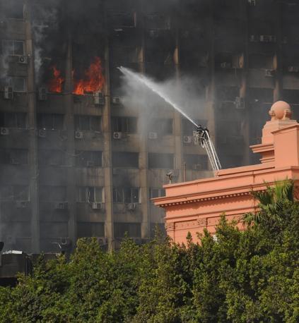 Blitz di un gruppo di dimostranti nel Museo Egizio: danneggiate due mummie e rotte alcune vetrine. Frantumati diversi oggetti preziosi e reperti archeologici. La polizia ha evitato il saccheggio (Ansa)