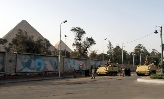 Le autorità hanno deciso la chiusura delle Piramidi e di altri siti di attrazione turistica. I soldati hanno isolato l'area di Giza. L'area è pattugliata da mezzi corazzati e fanteria meccanizzata (Ansa)