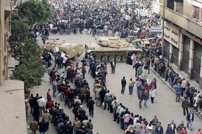 Manifestanti in fila al check-in prima dell'ingresso in piazza Tahir (Ansa)