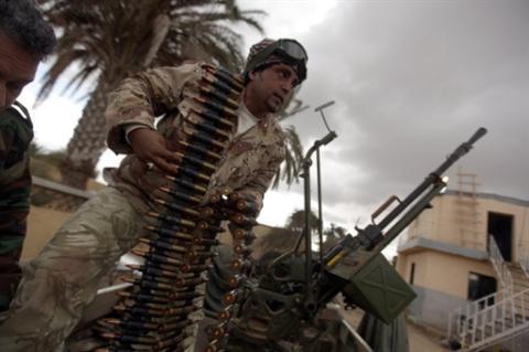 Un ribelle carica una mitragliatrice anti-aerea: un'arma usata anche contro obiettivi terrestri