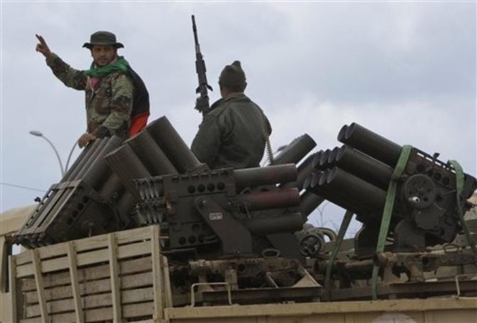 Un camion degli oppositori con lanciarazzi