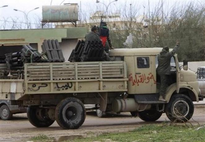 Un veicolo dei ribelli a Bengasi con i lanciarazzi