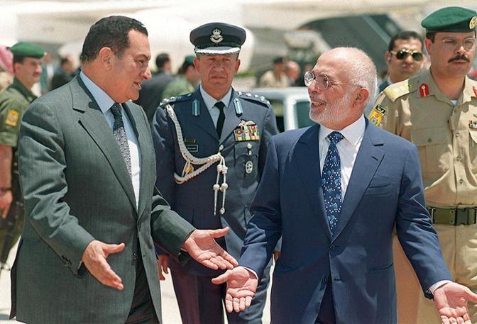 Hosny Mubarak  con Re Hussein di Giordania  (Ansa)