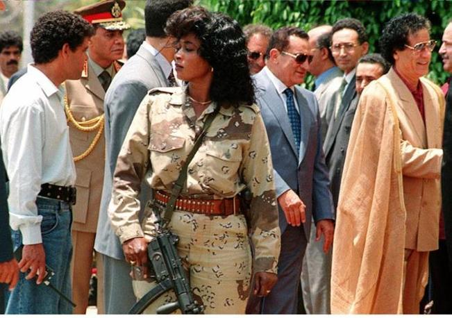 Hosny Mubarak con il colonnello Muammar Gheddafi protetto da una donna armata appartenente al suo servizio di sicurezza personale (Ansa)