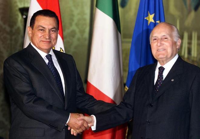 Hosny Mubarak con Osca Luigi Scalfaro (Ansa)