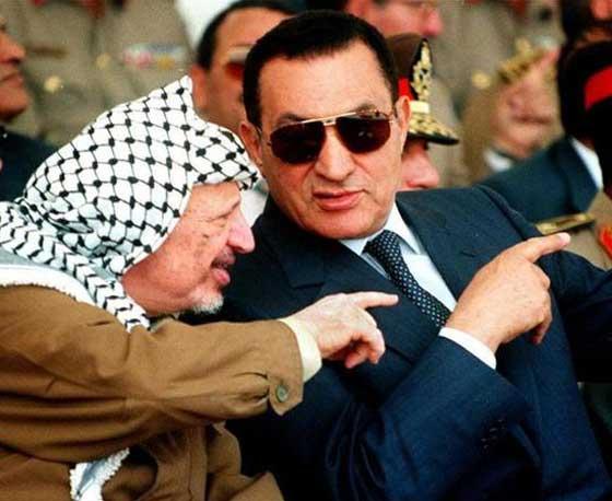 Hosny Mubarak con Arafat (Ansa)