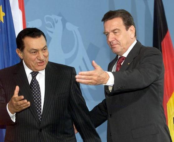 Hosny Mubarak con Gerhard Schroeder  (Ansa)