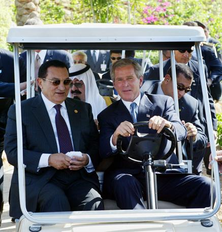Hosny Mubarak  con George Bush (Ansa)