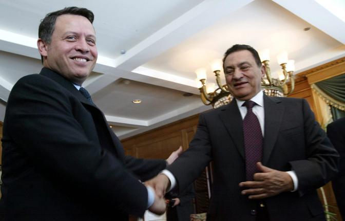 Hosny Mubarak  con il re Abdallah di Giordania (Epa)