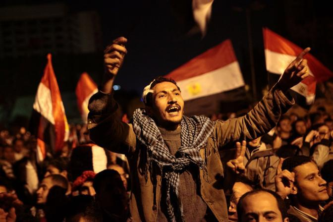 Il popolo della piazza deluso ascolta il discorso di Mubarak del 10 febbraio. Ai aspttavano le dimissioni che non ha rassegnato (Olycom)