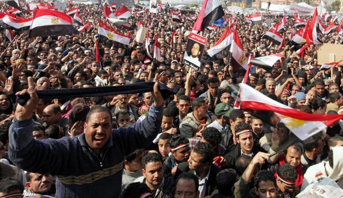 Anti governativi esultano per le strade del Caioro dopo la notizia delle dimissioni di Mubarak (Epa)