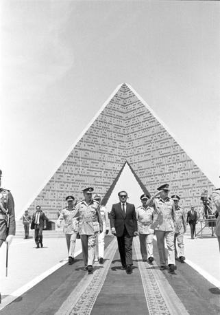 Hosni Mubarak con il ministro della Difesa Field Marshall Abdel-Halim Abu Ghazala e il generale Ibrahim Orabi visitano la tomba al Soldato Ignoto nell'aprile 1986 (Reuters)