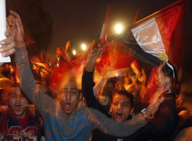 Le dimissioni di Mubarak sono state accolte con un tripudio di bandiere in piazza Tahrir. Un mione di manifestanti. Alcuni urlavano «dio è grande», altri «abbiamo abbattuto il regime» (Reuters)