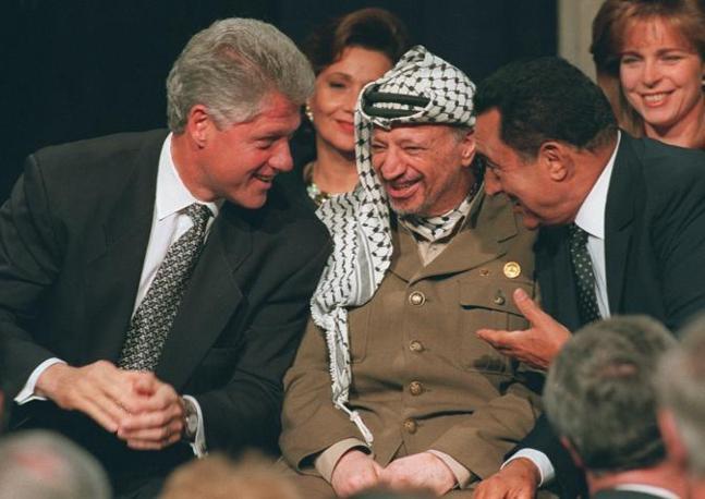 Mubarak con Arafat e Bill Clinton (Ap)