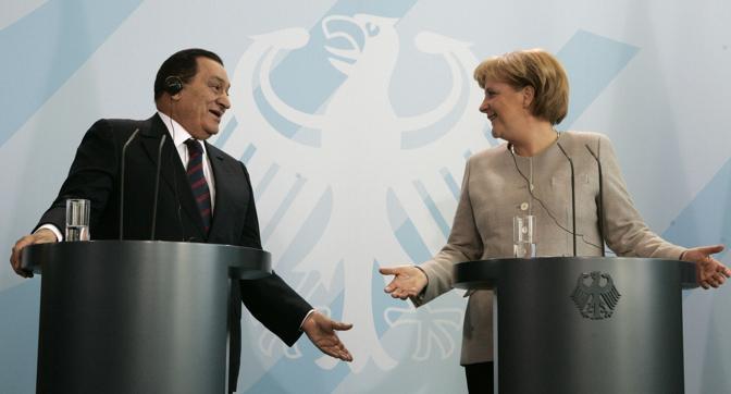 Mubarak con Angela Merkel (Reuters)