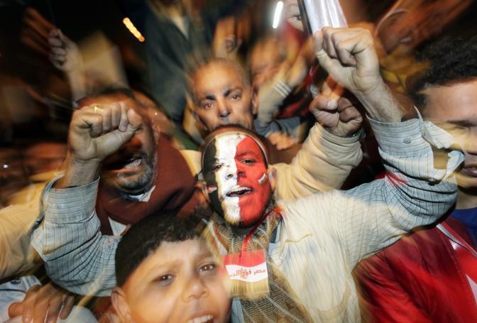 La folla esulta per le dimissioni di Obama (Epa)