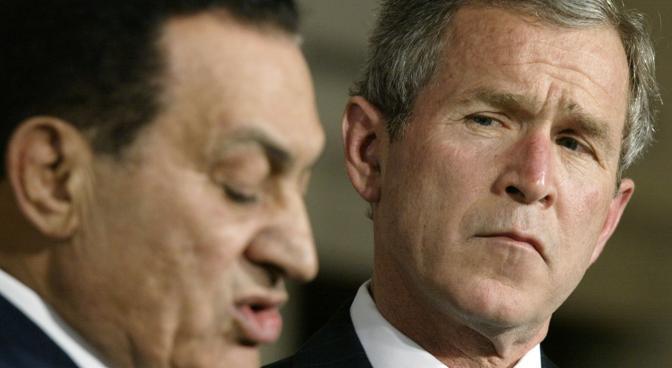 Hosni Mubarak con George Bussh in una foto del marzo 2002 (Reuters)