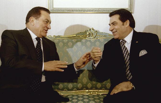Mubarak ricevuto dall'allora presidente tunisino, Zine al-Abidine Ben Ali in una foto del 2001 (Reuters)