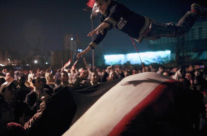 La piazza festeggia le dimissioni di Mubarak (Ap)