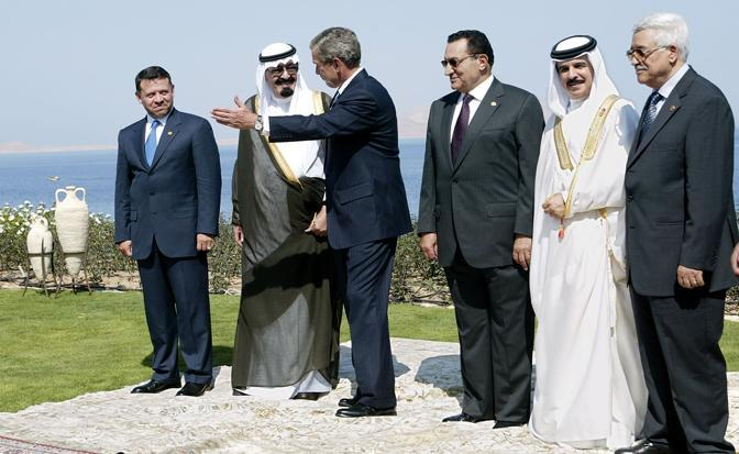 Hosni Mubarak con il re saudita King Abdullah, il re di Giordania  King Abdullah II, e il primo ministro palestinese  Mahmoud Abbas (Afp)