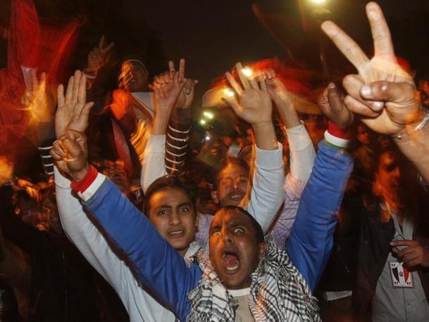 La folla esulta per le dimissioni di Obama (Reuters)