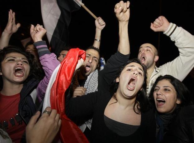 Ragazzi egiziani celebrano le dimissioni di Mubarak davanti all'ambasciata egiziana in Libano (Ap)