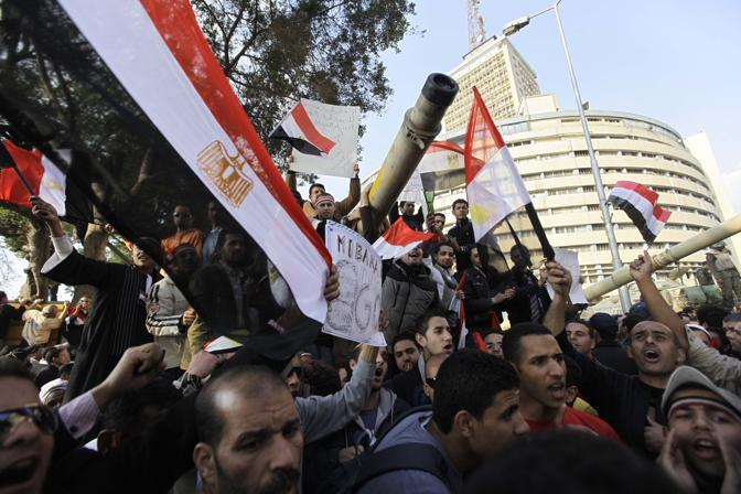 Manifestanti davanti al palazzo della televione egiziana prima delle dimissioni di Mubarak (Ap)