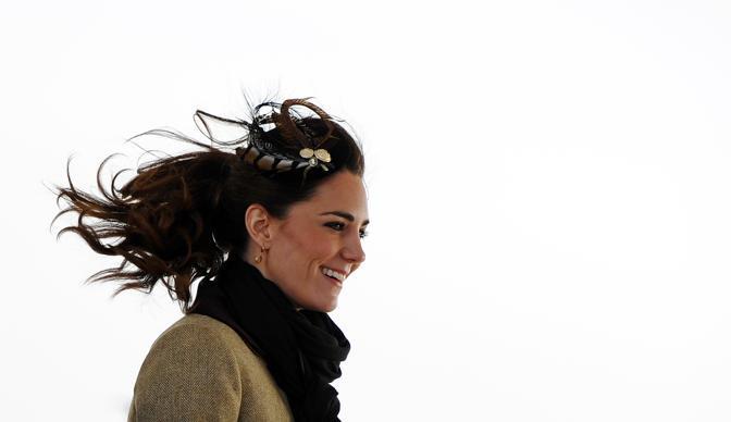 Kate Middleton supera il primo test reale: la futura moglie del principe William ha accompagnato  l'erede al trono britannico in una visita in Angelsey, nel Galles (Afp)