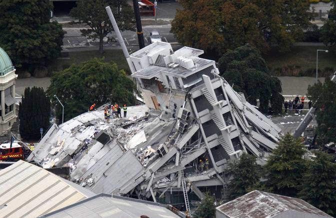 Un terremoto di 6,3 gradi della scala Richter, ma verificatosi a soli 4 km di profondità, ha colpito Christchurch la seconda città del Paese provocando almeno 65 morti e centinaia di feriti (Ap)