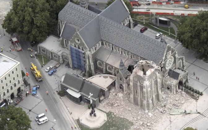 La cattedrale di Christchurch in una foto dall'alto: crollata una parte del corpo centrale e quasi totalmente la torre con la guglia (Reuters)