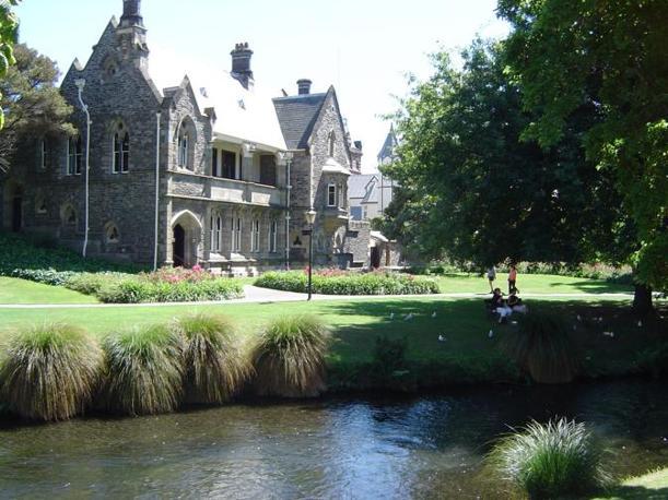 Alcune immagini di Christchurch, la città principale dell'isola del sud della Nuova Zelanda. Fondata nel 185 con una forte richiamo nell'architettura a Canterbury. Qui la zona degli edifici storici affacciati sul fiume Avon. Diversi di questi edifici sono stati danneggiati dal sisma (Corriere.it)