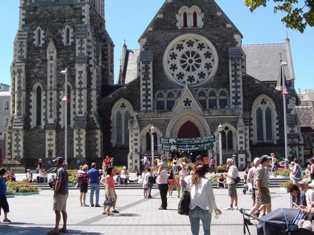 La cattedrale anglicana nel centro di Christchurch e Cathedral Square. Anche la cattedrale è stata molto danneggiata: la torre con la guglia è crollata (Corriere.it)