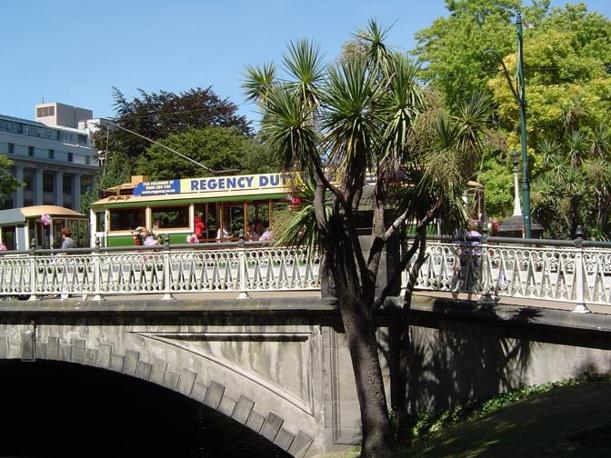 Il ponte sull'Avon che porta verso Cathedral Square (Corriere.it)