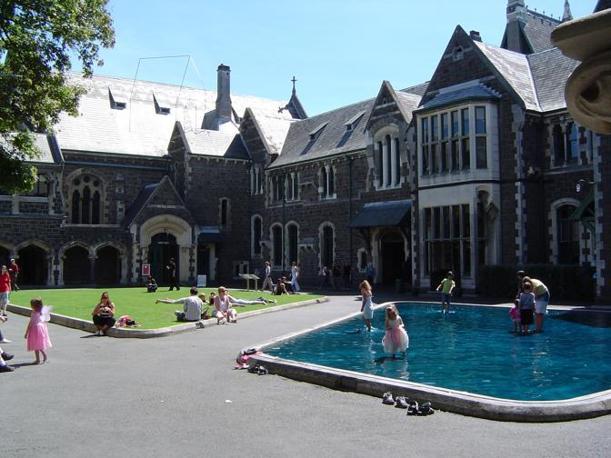 Gli edifici dell'antica università di Christchurch, oggi sede di musei, fondazioni e ancora in parte di istituti universitari: molti spazi interni sono aperti al pubblico(Corriere.it)