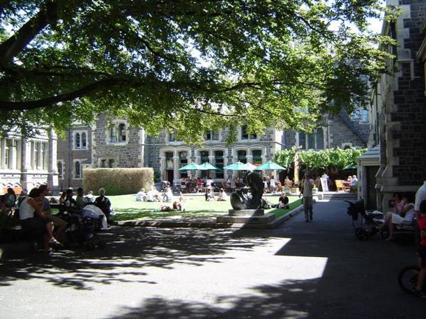 Gli edifici dell'antica università di Christchurch, oggi sede di musei, fondazioni e ancora, in parte, di istituti universitari (Corriere.it)