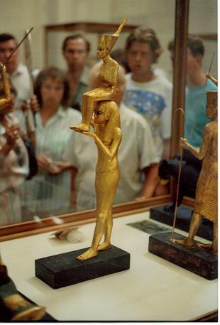 Il direttore del Museo egizio del Cairo ha reso noto l'elenco degli oggetti rubati: tra questi una statua in legno placcato oro di Tutankhamon portato in spalla da una dea