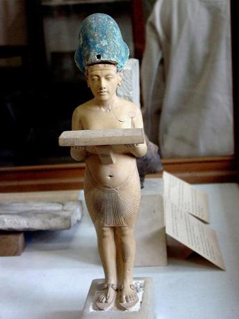 Una statua del faraone Akhenaten con una tavoletta votiva