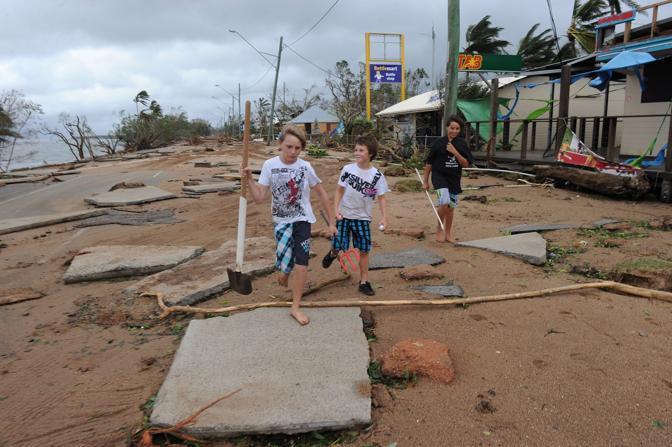 """Il ciclone Yasi, definito dai media un «mostro», è arrivato in Australia, dove ha """"spazzato"""" con venti fino a 300 km orari la costa nord-est, poco a sud della città di Cairns: Non ci sono vittime (Epa)"""