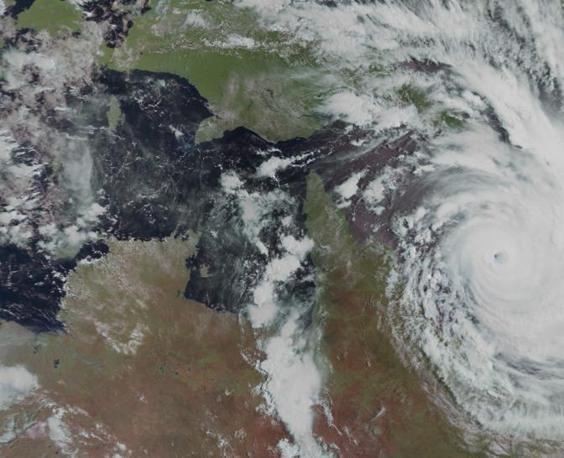Il ciclone Yasi visto dal satellite di Eumetsat mentre si sta avvicinando alle coste dell'Australia (Epa)