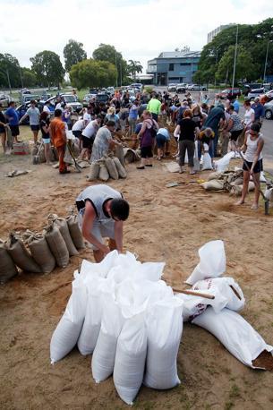 Gli abitanti di Townsville, nel Queensland , si preparano ad affrontare il ciclone Yasi (Epa)