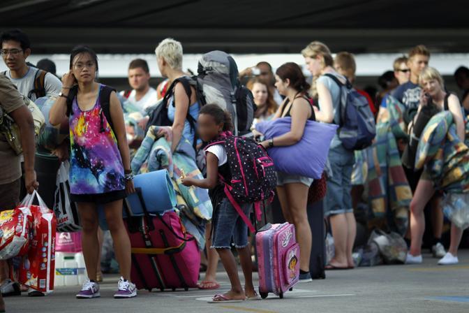 In coda per entare in uno dei venti rifugi preparati per accogliere le 10mila persone che hanno dovuto lasciare le case a Cairns (Reuters)