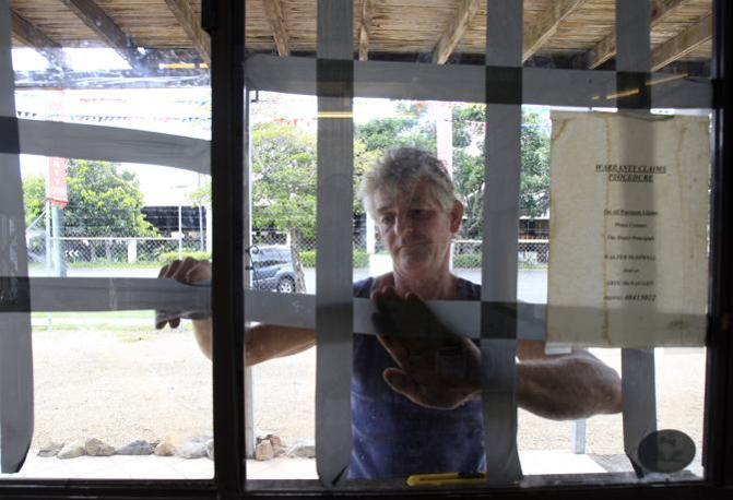 Nastri adesivi per rafforzare le finestre delle case, prima di abbandonarle (Ap)