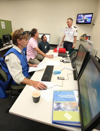 Il centro operativo del Coordinamento disastri di Cairns si prepara ad affrontare il ciclone Yasi (Epa)